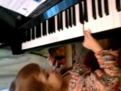 2,5 Letnia Oliwka Gra Na Pianinie