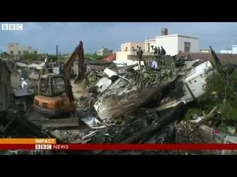 BBC NEWS Soldiers clear wreckage of crashed Taiwan plane