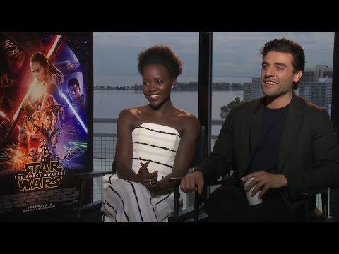 Star Wars: The Force Awakens: Lupita Nyong'o y Oscar Isaac imitan a Yoda