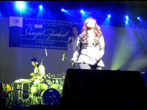 Shreya Ghoshal singing Bade Acche Lagte Hai in NY