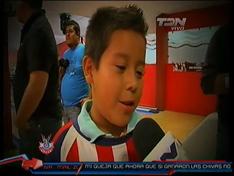 Reportaje de Chapis con aficionados y jugadores jugando boliche. Zona Chiva de TDN 22 Feb 11