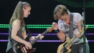 Download Lagu Keith Urban Pulls 19-Year-Old Girl Out of the Crowd to Play Guitar Gratis STAFABAND