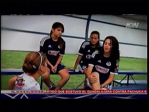 Reportaje de Chapis con jugadoras de Chivas en el mes de lucha contra el  cáncer de mama