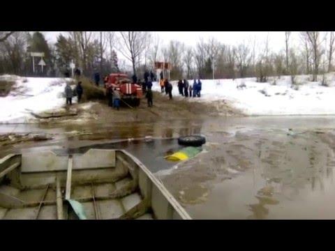 В Кировской области УАЗ с людьми провалился под лед