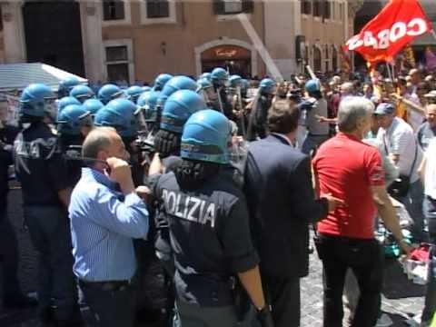22-06-11 SCONTRI POLIZIOTTO TRASCINA MANIFESTANTE IMMAGINI