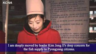 RAW: Pyongyang citizens given fish in memory of Kim Jong-il