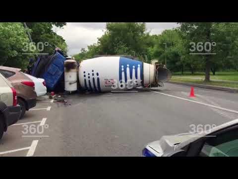 Бетономешалка с уснувшим водителем снесла девять автомобилей на юго‐востоке Москвы