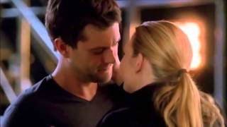 Olivia and Peter Fringe Kiss ( Anna Torv , Joshua Jackson )
