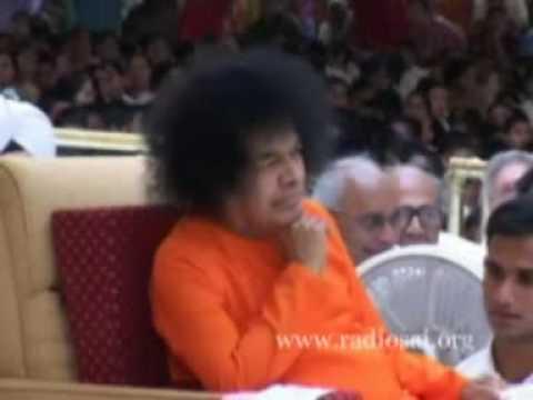 Hariharan sings Krishna Nee Begane in Sai Babas presence
