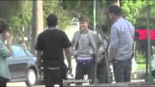 justin bieber en una pelea callejera y mostrando su ropa interior