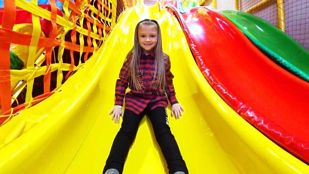 Ярослава в Развлекательном Центре для детей Катаемся с горки на лыжах | Tiki Taki KIds
