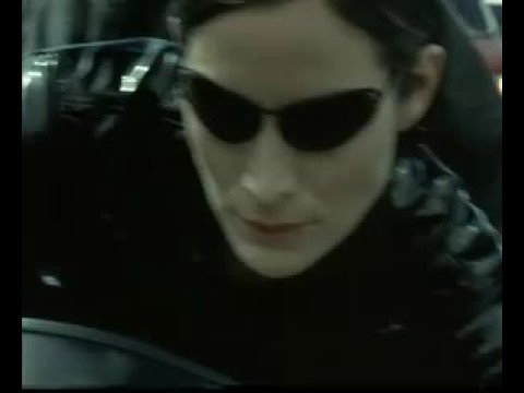 Trinity conduciendo una Ducati 996 (Matrix Reloaded)