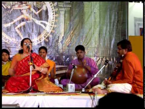 Amma Anandadayini- Aruna Sairam singing Balamuralikrishnas Varnam...