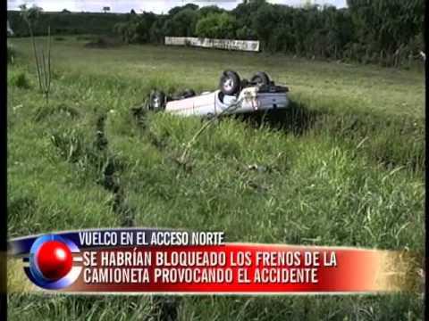 Camioneta evitó chocar a una bicicleta, volcó y quedó incrustada en una zanja