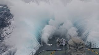 موجة عملاقة تٌغرق سفينة حربية طولها 90 مترًا