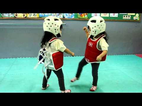 Crianças chinesas lutando Taekwondo da forma mais fofa do mundo