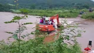 Màn rước dâu kinh điển bằng máy xúc qua đập tràn nước chảy xiết Bác lái máy xúc chất nhất Việt Nam