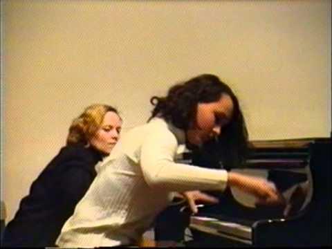 14 Letnia Sara May Gra Na Fortepianie