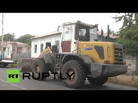 Ukraine: Mariupol barricades towed away by victorious Kiev