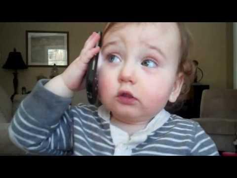 Intensa charla telefónica bebe hablando por telefono