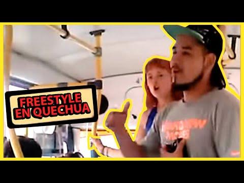 Pareja De Jovenes Haciendo Rap En El Bus