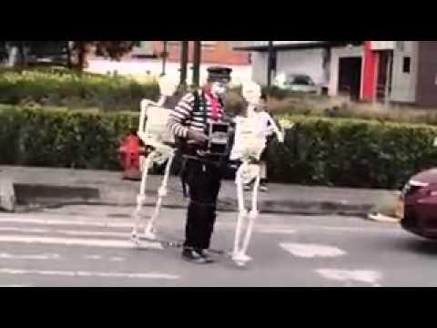 Hombre bailando con esqueletos