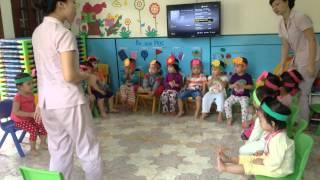 """Giờ học hát """"Cháu yêu bà"""" – lớp Ong Bầu  – MN Chị Ong Nâu (chiongnau.com)"""
