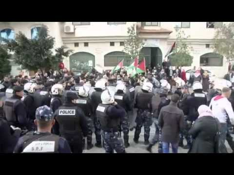 Palestinians Hurl Eggs At Canadian Convoy - Raw Video