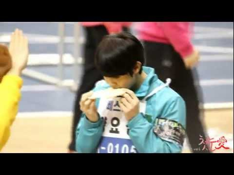 Yoseob makes a heart cookie for B2uty @ MBC Idol Star Sports Championship (12.01.08)