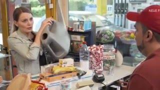 Knallerfrauen Auf Der Suche Nach Benzin An Der Tankstelle