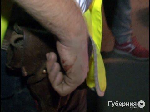 Полицейским пришлось стрелять на поражение в пьяных дебоширов в Хабаровске.MestoproTV
