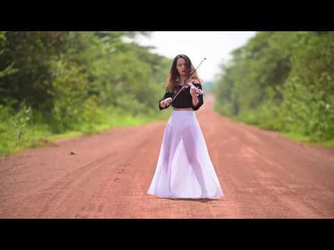 Красивая девушка Caitlin De Ville красиво играет на скрипке