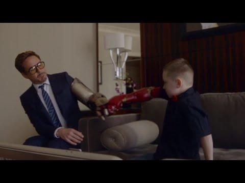 Роберт Дауни-младший вручил ребенку бионическую руку