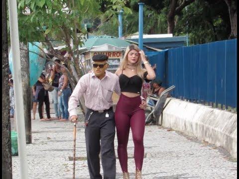 VELHINHO ANDANDO COM LOIRA GOSTOSA NO CENTRO DA CIDADE