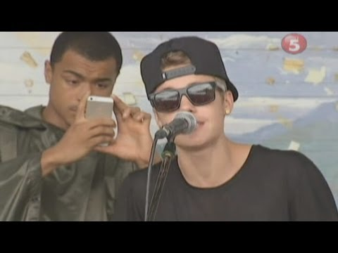 Justin Bieber sings to Typhoon Haiyan victims in the Philippines