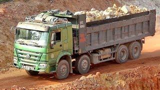 Bé đi xem máy xúc múc đất đá lên xe ô tô tải | Nhạc thiếu nhi : Cả nhà thương nhau | Tientube TV