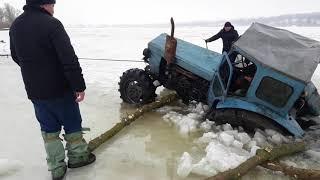 спасали рибу  втопили трактор.