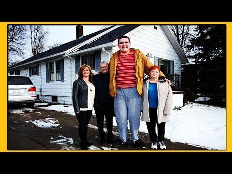 19-летний Брок Браун из Мичигана ростом 2 метра 33 см НЕ ПЕРЕСТАЕТ РАСТИ!