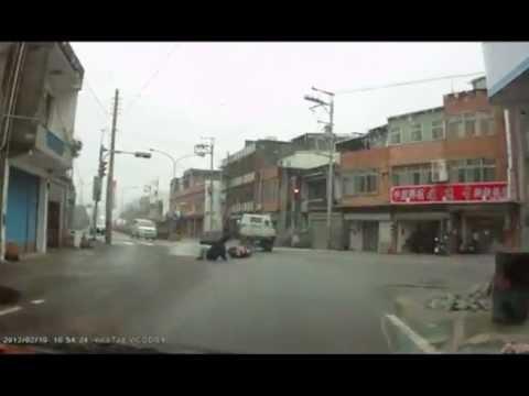 Скутерист врезался в грузовик и поехал дальше…