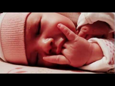 Посмотреть ролик - малышка смешно сосет пальцы в хорошем качестве как отучи