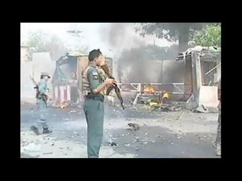 Afeganistão: atentado contra polícia abala negociações entre Kerry e Karzai