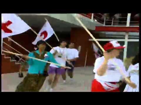 """1992: 8 de mayo. Día de honor de la Cruz Roja y la Media Luna Roja en la Expo 92. 1992: 18 de mayo. Personal del Pabellón de la Cruz Roja cantando y bailando el """"Waka Waka"""" bajo la dirección..."""