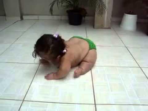 Bebe Gordo desliza no piso e canta música