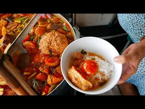 Vietnam Street Food - Crab Ball Soup (Bun Rieu Cua)