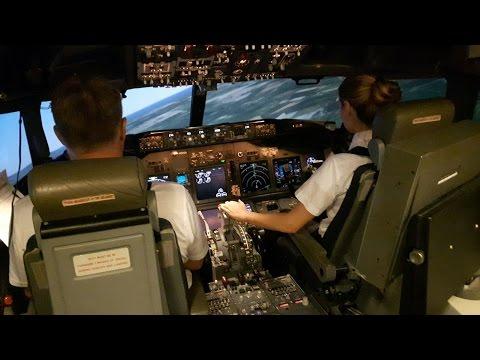 2 Inexperienced Girls Trying To Take Off & Land The Boeing 737   FFS   First Time
