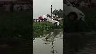 Tai nạn thảm khốc -- oto lao xuống sông