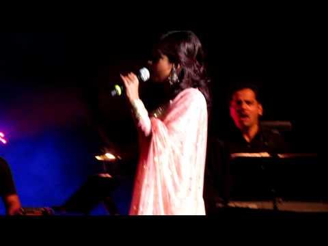 Shreya Ghoshal Singing Piyu Bole Live
