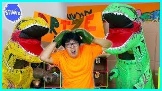Giant Dinosaurs T-Rex Scare Ryan's Daddy at Chuck E Cheese Box Fort!!