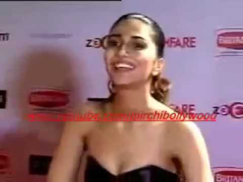 Vaani Kapoor faces oops moment at Film fare in front of Media Photo Image Pic