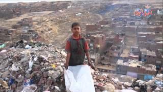 ابن حلال يخاطر بحياته أعلي تل القمامة بحثا عن لقمة العيش